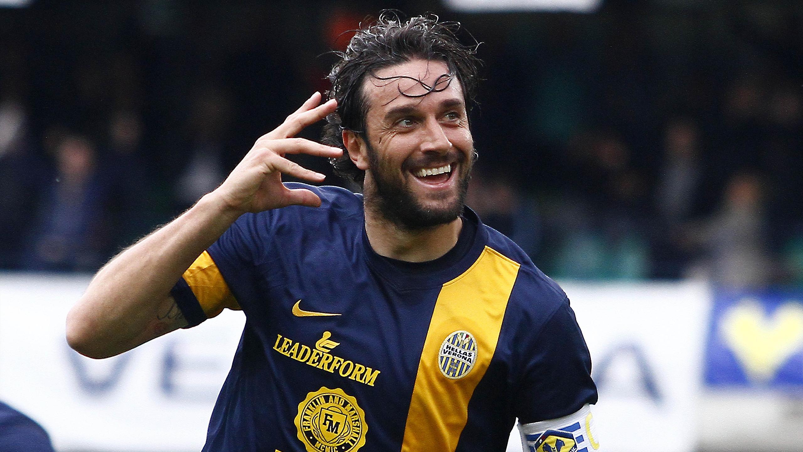 Luca Toni esulta dopo un gol