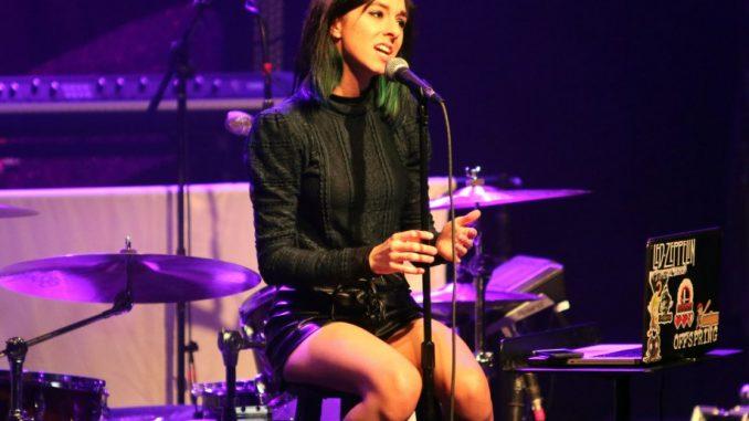 La cantante italo romena Christina Grimmie durante una delle sue ultime esibizioni