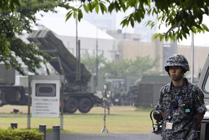 Un soldato della Corea del Nord presidia la zona di lancio dei missili Musudan