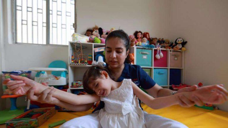 Uno dei tanti genitori disabili presenti in Italia abbraccia sua figlia