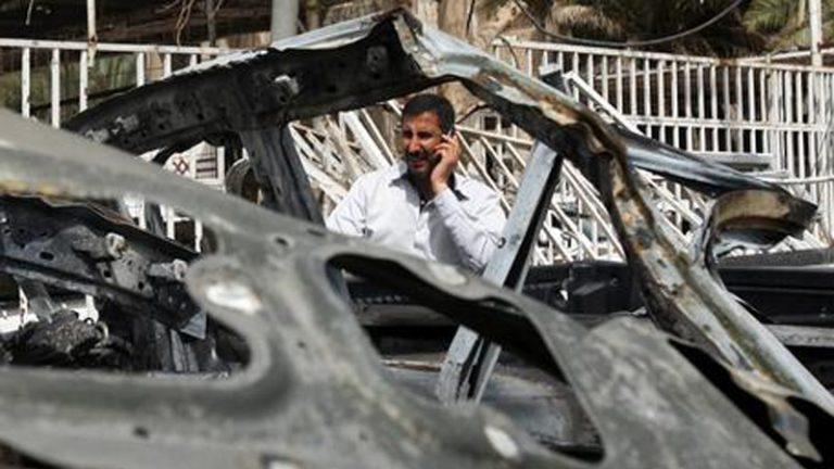 I resti dell'autobomba esplosa questa mattina in Giordania