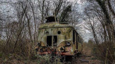 La natura reclama lentamente i treni.