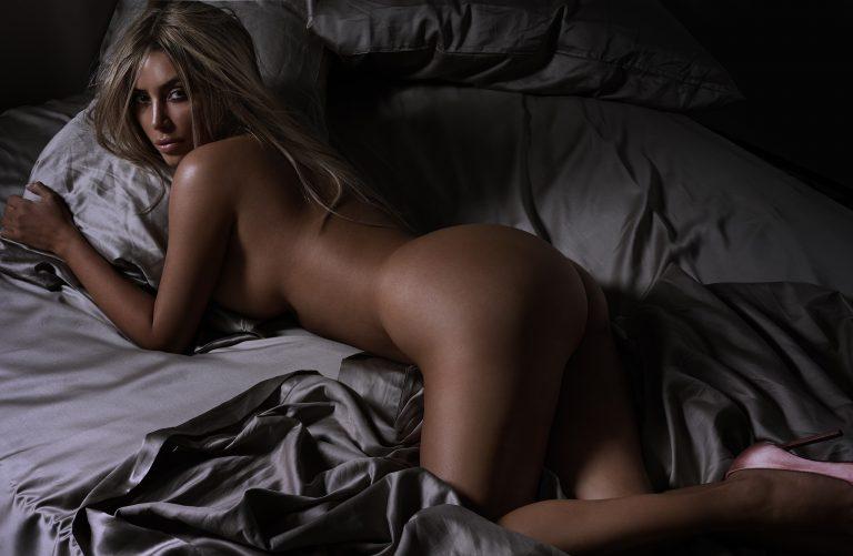 Kim Kardashian modella nuda la pulizia del culo per il sesso anale