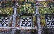 Una delle finestre. La chiesa ha delle decorazioni semplici, ma molto belle. E ha anche un becco.