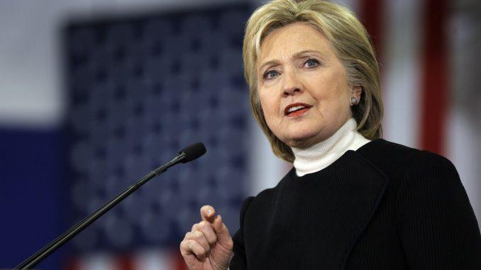 Hillary Clinton parla durante un convegno