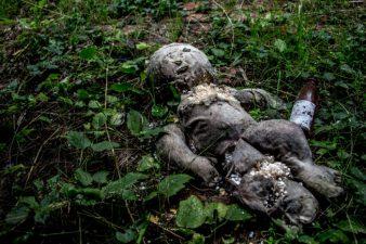 Una delle bambole abbandonate.