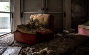 Una poltrona devastata dai vandali in uno degli appartamenti.