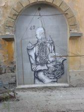 Come in ogni luogo abbandonato, i graffitari si sono sfogati.