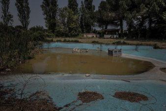 spazzatura all'interno della piscina abbandonata