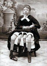 Donna con quattro gambe