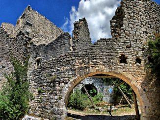 Duecastelli: il borgo medievale greco abbandonato