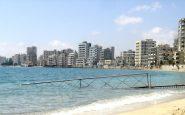 Una vista della città dalle spiagge. Tutti quegli alberghi sono completamente vuoti.