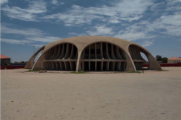 Il Cine Estudio di Namibe, mai completato, ma al centro di un progetto di recupero per i suoi meriti artistici.