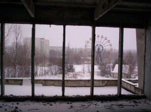 La ruota panoramica del parco divertimenti, vista dalle vetrate di un hotel.