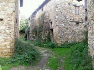 Uno dei sentieri attorno al paesino abbandonato.