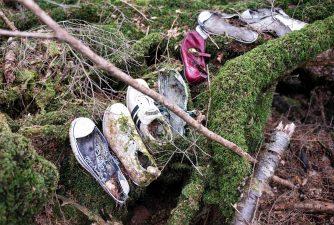 Ordinati fino all'ultimo, e, come si può vedere dalle scarpe, alcuni molto giovani.