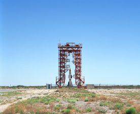 Le basi della Nasa sono sempre in posti desertici, con le impalcature che si stagliano contro il cielo blu.