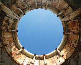 Lo sportello d'apertura di uno dei siti di lancio che guarda un cielo infinito.