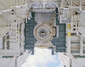 Una piattaforma di lancio mobile vista dal basso. Dopo tutto questo tempo, sembra ancora tecnologia aliena.