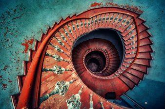Le scale di questo complesso sembrano formare una spirale infinita.