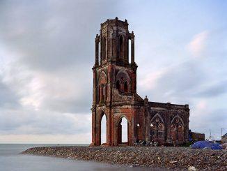 Una chiesa desolata che guarda il mare da cui sono venuti i francesi.