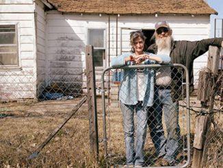 Qualcuno ancora si rifiuta di abbandonare la casa in cui ha passato la sua vita.