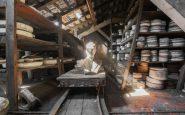 Uno scatto fantastico di una statua in un vecchio magazzino abbandonato in Francia.