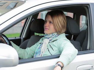 guidare_con_braccio_fuori_dal_finestrino