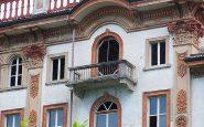 Le caratteristiche finestre e i balconi dell'hotel