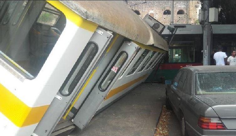 Treno urbano contro tram, grave incidente a Roma COMMENTA