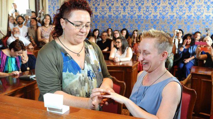 Matrimonio Omosessuale In Italia : Primo matrimonio dopo la firma del ddl cirinnà a castel
