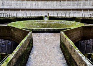 La sala centrale della torre di raffreddamento. Oggi, ovviamente, l'acqua non c'è più.