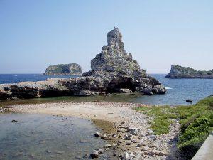 Vista degli scogli circostanti. L'isola è totalmente incontaminata.