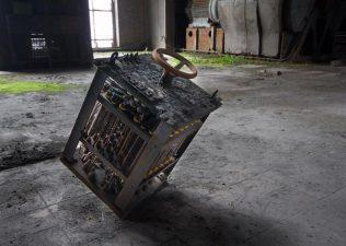 Un motore per le attrezzature, uno dei tanti strumenti a rischio furto nella fabbrica.