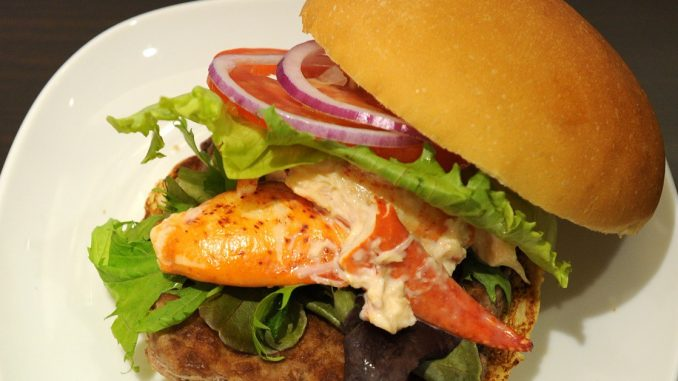 Australiano celebra l'eliminazione dai Gicohi ingurgitando 9000 calorie al Mc DOnald's.