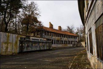 In questi edifici, ormai completamente abbandonati, alloggiavano gli atleti. Oggi sono partiti progetti di restauro per riportare al pubblico i graffiti e i ricordi di quello che è diventato un pezzo di storia della città tedesca.