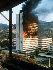 Per poter comparare, questo è quello che successe in città (nella foto, un palazzo del governo colpito dal fuoco dei carri armati). Il villaggio olimpico era l'ultimo dei loro pensieri.