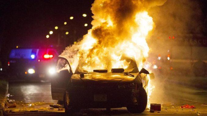 Milwaukee agente di polizia colpito alla testa dopo la sparatoria di un uomo armato