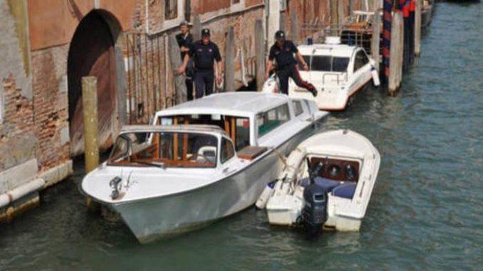 Scontro tra un taxi e una barca a Venezia