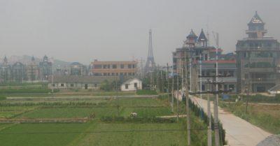 Una vista da lontano della città. Il centro è pieno di enormi palazzi tutti identici.