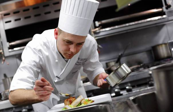 Uno chef italiano usa gli avanzi del cibo delle Olimpiadi per cibare gli homeless