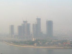 Con questa nebbia (leggi smog), poi, l'impressione di un film dell'orrore è ancora più forte.