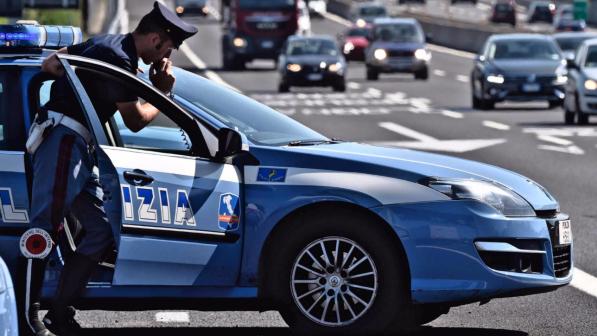 Dimenticano la figlia nel parcheggio della A26, i poliziotti la ritrovano