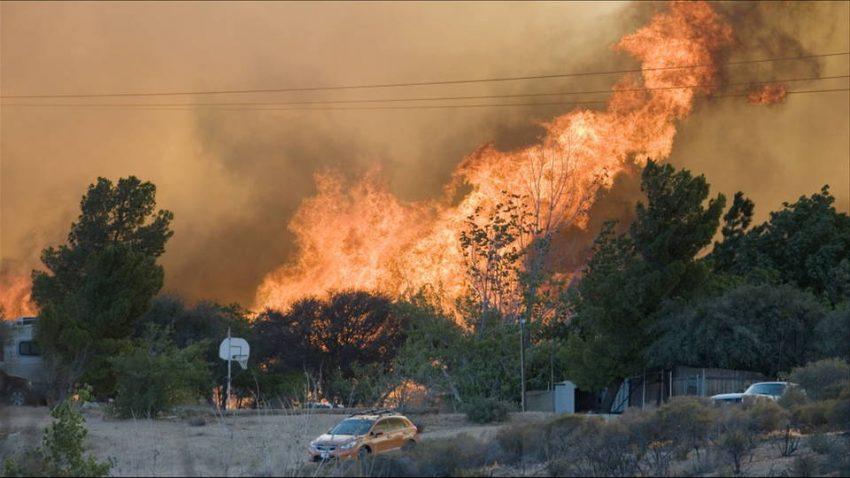 California, gli incendi devastano la contea San Bernardino: 82mila evacuati