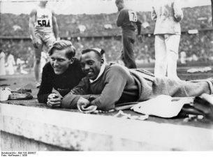 1936, Berlino. Luz Long, il campione biondo, aveva fermato Owens dopo che l'americano aveva fallito due dei tre salti per la qualificazione. Sapendo che all'atleta nero non serviva un salto estremo per poter essere ammesso, si mise a bordo pista e gli suggerì piuttosto di prendere bene le misure e saltare con sicurezza invece di rischiare.Nella competizione ufficiale, Owens infranse il record mondiale dello stesso Long, che lo accompagnò sul podio abbracciandolo e congratulandosi per l'incredibile risultato.