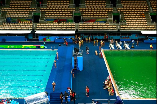 Mistero a Rio 2016: l'acqua della piscina diventa verde