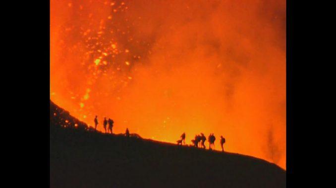 """La natura si manifesta attraverso una """"faccia sorridente"""": il vulcano hawaiano scoppia in un sorriso"""