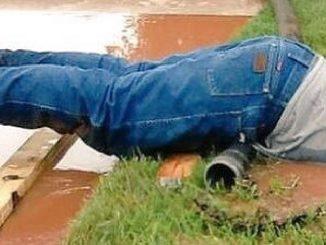 uomo nel fango
