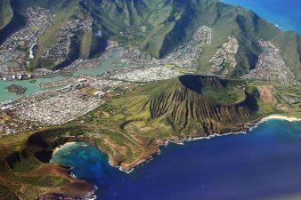 Ma basta guardare dietro alle montagne per scoprire che di gente a Oahu ce n'è eccome.