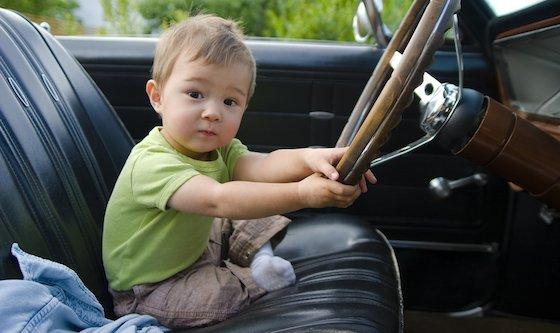 bambino ruba auto dei genitori